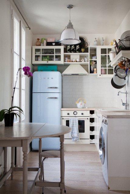 Фотография: Кухня и столовая в стиле Скандинавский, Малогабаритная квартира, Интерьер комнат, Холодильник – фото на INMYROOM