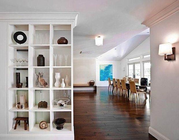 Фотография: Кухня и столовая в стиле Скандинавский, Декор интерьера, Декор дома, Стеллаж, Полки, Домашняя библиотека – фото на INMYROOM