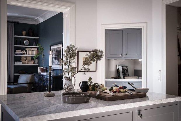 Фотография: Кухня и столовая в стиле Современный, Классический, Лофт, Эклектика, Декор интерьера, Квартира, Швеция, Белый, Синий, Серый, Гетеборг, хранение в прихожей, декор в лофте, организация системы хранения на кухни, как организовать хранение в спальне, кухня с островом, 2 комнаты, Более 90 метров – фото на INMYROOM