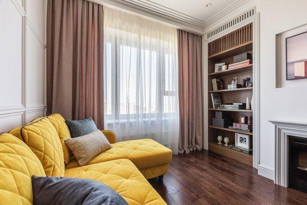 Фотография: Гостиная в стиле Классический, Современный, Гид, желтый диван, желтый диван в интерьере – фото на INMYROOM