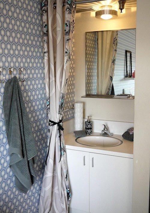 Фотография: Ванная в стиле Современный, Гостиная, Спальня, Декор, Мебель и свет, Белый, Отель, Переделка, Черный, Голубой – фото на INMYROOM