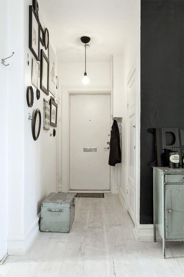 Фотография: Прихожая в стиле Скандинавский, Декор интерьера, Дизайн интерьера, Цвет в интерьере, Черный – фото на INMYROOM