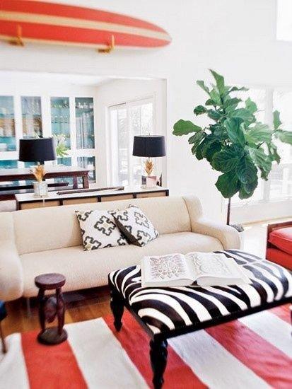 Фотография: Гостиная в стиле Современный, Минимализм, DIY, Квартира, Аксессуары, Советы, хранение, хранение спортивных снарядов, хранение лыж в квартире, хранение роликов в квартире, хранение доски для серфинга в квартире, хранение сноуборда в квартире, идеи хранения велосипеда в квартире, хранение самоката в квартире, хранение скейта в квартире – фото на INMYROOM