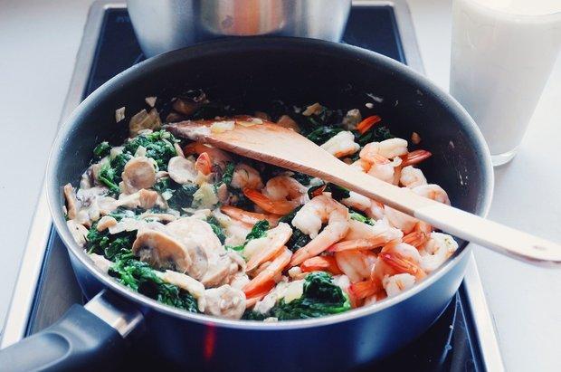 Фотография:  в стиле , Обзоры, Обед, Основное блюдо, Жарить, Итальянская кухня, Варить, 30 минут, Пришли гости, Просто, Шпинат, Макароны, Креветки – фото на INMYROOM