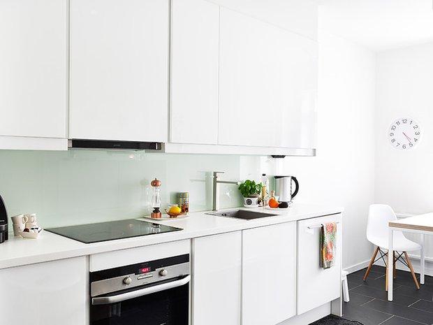 Фотография: Кухня и столовая в стиле Современный, Скандинавский, Декор интерьера, Квартира, Цвет в интерьере, Дома и квартиры, Стены, Пол – фото на INMYROOM