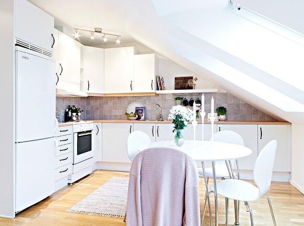 Фотография: Кухня и столовая в стиле Скандинавский, Дом, Чердак, Мансарда – фото на InMyRoom.ru