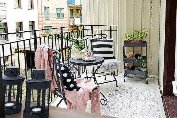 Фотография: Кухня и столовая в стиле Прованс и Кантри, Балкон, Квартира, Аксессуары, Мебель и свет, Терраса, Советы, Ремонт на практике, бюджетное обновление балкона, экономичный ремонт на балконе – фото на INMYROOM