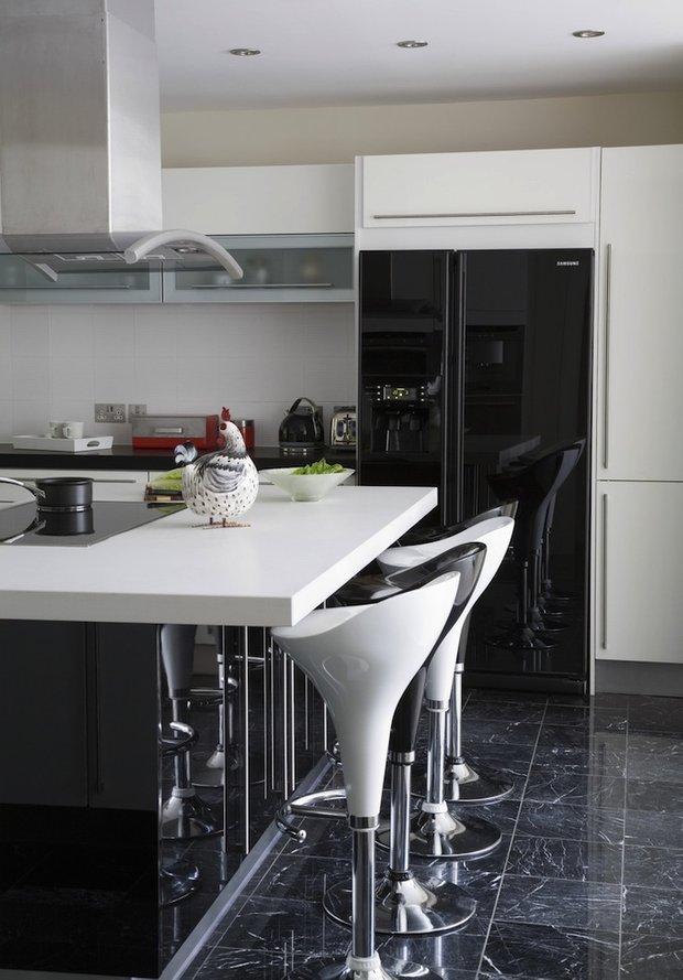Фотография: Кухня и столовая в стиле Хай-тек, Интерьер комнат, Цвет в интерьере, Белый – фото на INMYROOM