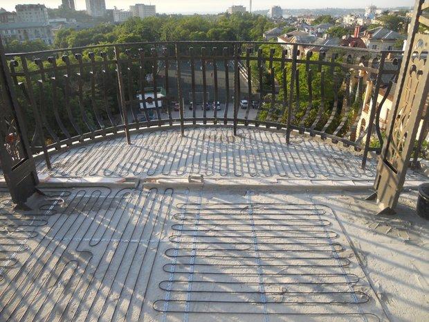Фотография:  в стиле , Балкон, Советы, как сделать косметический ремонт балкона, ремонт балкона, Никита Морозов, KM Studio, бюджетное обновление балкона, экономичный ремонт на балконе, как утеплить балкон, как обустроить открытый балкон, городской балкон, открытый балкон, идеи для открытого балкона, балкон в квартире, обустроить типовой балкон, ремонт на балконе идеи, балкон в типовой квартире, теплый пол на балконе – фото на INMYROOM