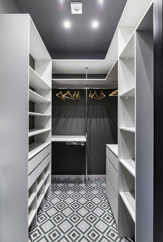 Фотография: Гардеробная в стиле Современный, Классический, Лофт, Декор интерьера, Студия, Планировки, Белый, Черный, до 40 метров – фото на INMYROOM