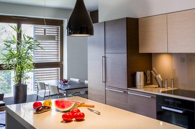 Фотография: Кухня и столовая в стиле Современный, Восточный, Декор интерьера, Дизайн интерьера, Цвет в интерьере, Черный, Пол – фото на INMYROOM