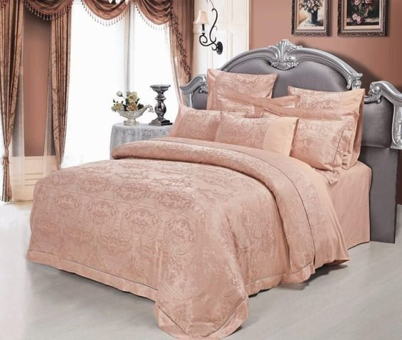 Фотография: Спальня в стиле Классический, Декор интерьера, Дизайн интерьера, Мебель и свет, Цвет в интерьере, Стены, Розовый, Фуксия – фото на InMyRoom.ru