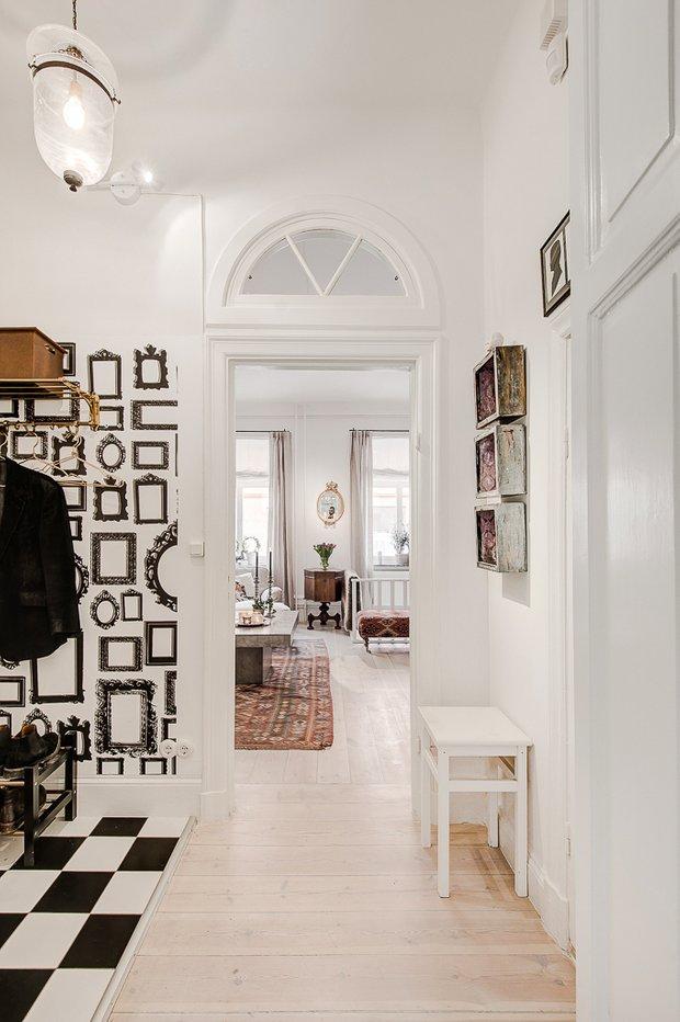 Фотография: Прихожая в стиле Прованс и Кантри, Скандинавский, Декор интерьера, Квартира, Аксессуары, Мебель и свет, Белый, Красный – фото на INMYROOM