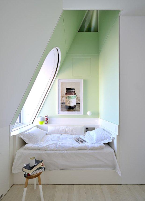 Фотография: Спальня в стиле Скандинавский, Хранение, Стиль жизни, Советы, Мансарда, Подоконник – фото на INMYROOM