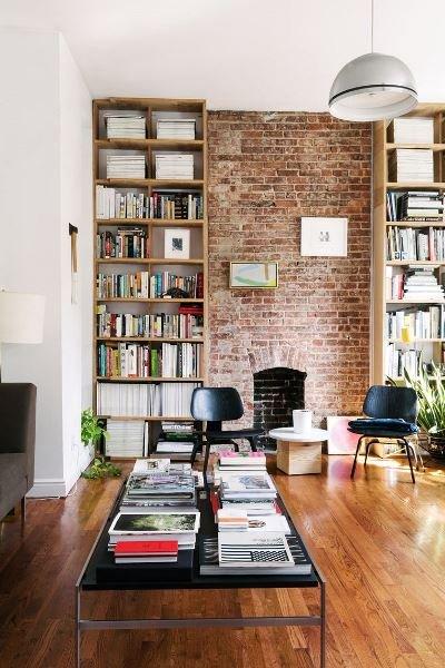 Фотография: Гостиная в стиле Лофт, Декор интерьера, Декор, Домашняя библиотека, как разместить книги в интерьере, книги в интерьере – фото на INMYROOM