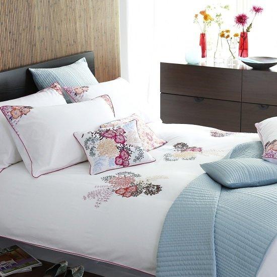 Фотография: Спальня в стиле Современный, Текстиль, Стиль жизни, Советы, Цветы – фото на INMYROOM