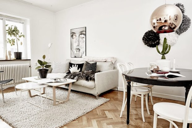 Фотография: Гостиная в стиле Скандинавский, Декор интерьера, Малогабаритная квартира, Квартира, Дома и квартиры, Советы, Зеркало – фото на InMyRoom.ru
