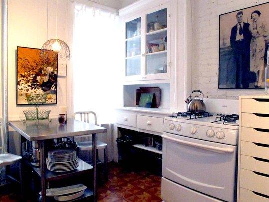 Фотография: Кухня и столовая в стиле Прованс и Кантри, Малогабаритная квартира, Квартира, Цвет в интерьере, Дома и квартиры, Стены, Нью-Йорк, Системы хранения, Квартиры – фото на INMYROOM