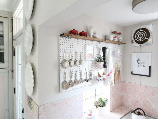Фотография: Кухня и столовая в стиле Скандинавский, Перепланировка, хранение на кухне – фото на INMYROOM