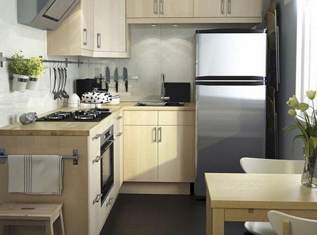 Фотография: Кухня и столовая в стиле Современный, Малогабаритная квартира, Интерьер комнат, Холодильник – фото на INMYROOM
