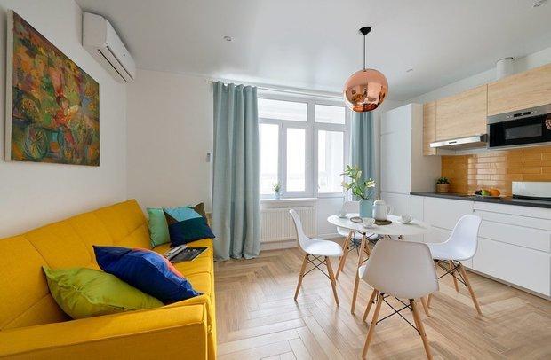 Фотография: Кухня и столовая в стиле Скандинавский, Современный, Гостиная, Гид, желтый диван, желтый диван в интерьере – фото на INMYROOM