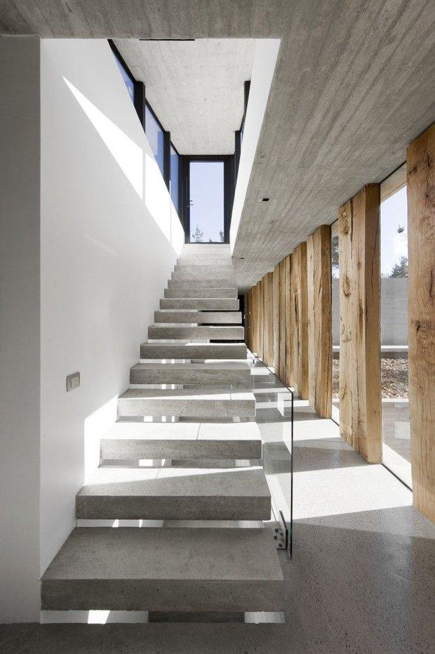 Фотография: Прихожая в стиле Лофт, Архитектура, Декор, Мебель и свет, Ремонт на практике, Никита Морозов, освещение для лестницы, какую выбрать лестницу, какие бывают лестницы, прямая лестница, винтовая лестница, лестница на больцах, подвесная лестница, ограждение для лестниц, как украсить лестницу – фото на INMYROOM