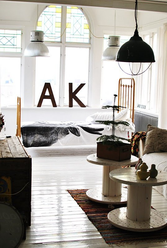 Фотография: Гостиная в стиле Лофт, Скандинавский, Декор интерьера, Квартира, Декор, Советы, Подоконник, Окно – фото на INMYROOM