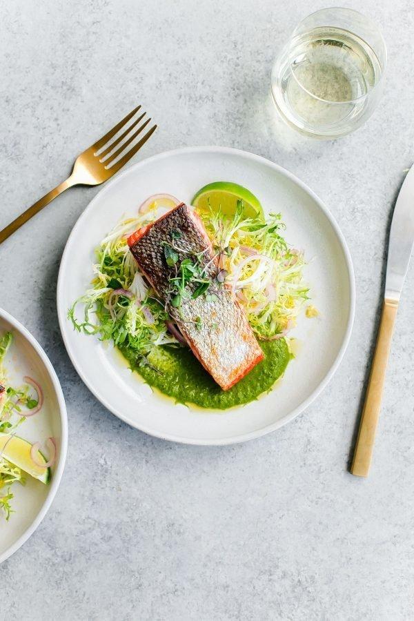 Фотография:  в стиле , Обед, Ужин, Основное блюдо, Здоровое питание, Жарить, Рыба, Средиземноморская кухня, Секреты кулинарии, Кулинарные рецепты, 15 минут, Вкусные рецепты, Просто, Лосось – фото на INMYROOM