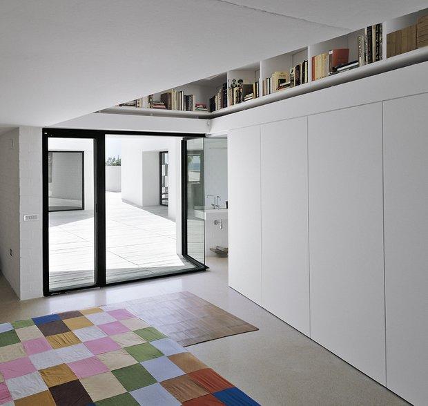 Фотография:  в стиле Современный, Декор интерьера, Дом, Цвет в интерьере, Дома и квартиры, Белый, Архитектурные объекты – фото на INMYROOM