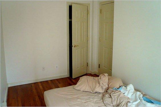 Фотография:  в стиле , Малогабаритная квартира, Дизайн интерьера, Нью-Йорк, Диван, Декоративные панели – фото на INMYROOM