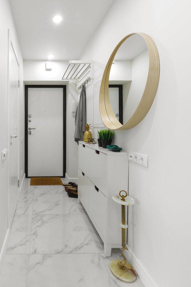 Фотография:  в стиле , Прихожая, Советы, Комод, Зеркало, Настольная лампа, маленькая прихожая, удобная прихожая, консоль, пуфик, скамья – фото на INMYROOM