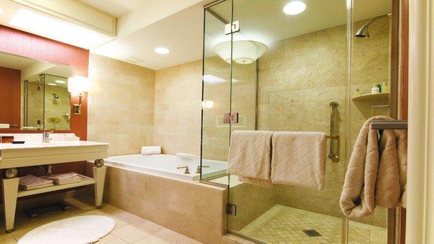 Фотография: Ванная в стиле Современный, Декор интерьера, Мебель и свет, Цвет в интерьере, Советы, Светильник – фото на INMYROOM