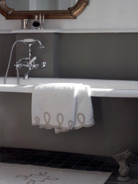 Фотография: Ванная в стиле Классический, Современный, Текстиль, Индустрия, События, Плед – фото на INMYROOM