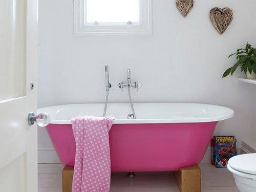 Фотография: Ванная в стиле Прованс и Кантри, Декор интерьера, Дизайн интерьера, Мебель и свет, Цвет в интерьере, Стены, Розовый, Фуксия – фото на InMyRoom.ru