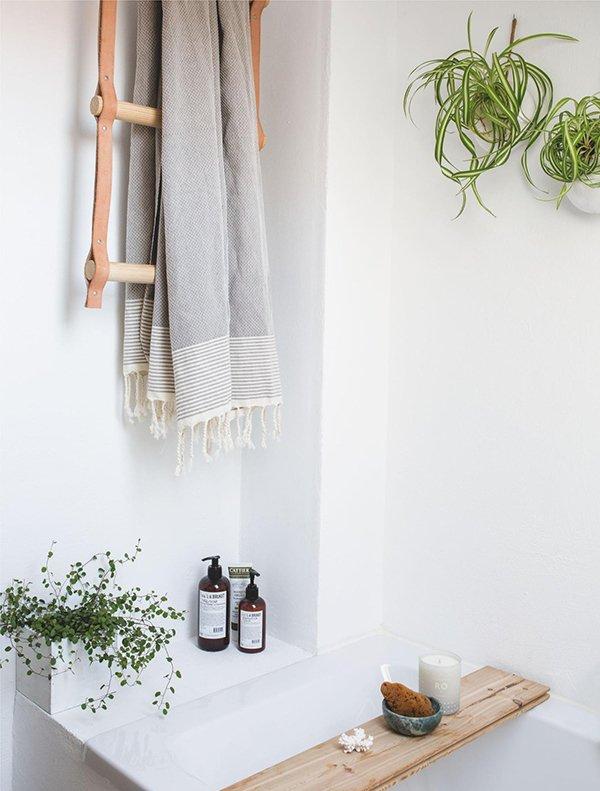Фотография: Ванная в стиле Скандинавский, Декор интерьера, Зеленый, растения в горшках в интерьере, комнатные растения для ванной комнаты – фото на INMYROOM
