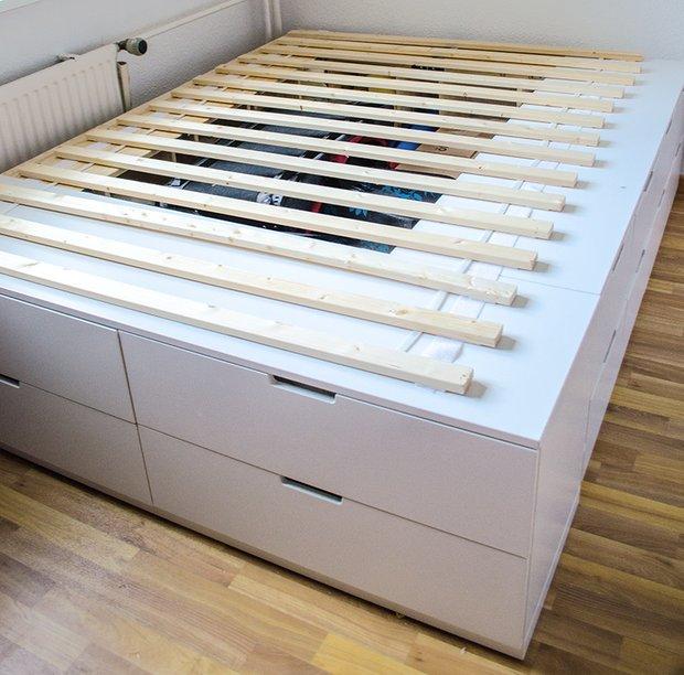 В центре кровати можно хранить елочные игрушки, чемоданы, спальные мешки и другие редко используемые вещи.