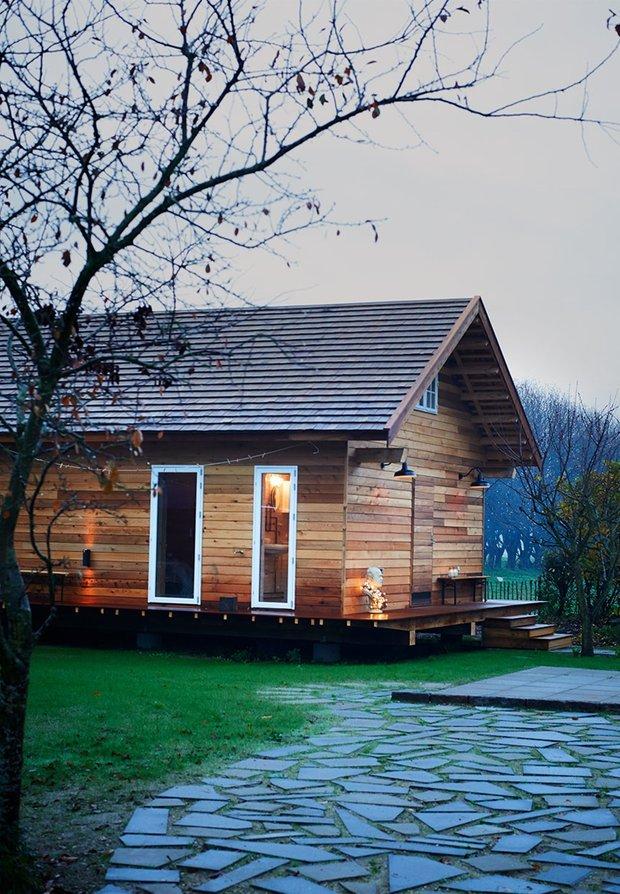 Фотография: Архитектура в стиле , Прованс и Кантри, Скандинавский, Современный, Дом, Дания, Мебель и свет, Терраса, Белый, Дача, Бежевый, Серый, Эко, Дом и дача, Тисвилд, Morsø, Aquadomo, Signe Wenneberg, Eric Juul, Hans Erik Sørensen, Forest Stewardship Council, экологическая сертификация, зеленый стандарт, полностью деревянный дом, бюджетный интерьер для загородного дома – фото на INMYROOM
