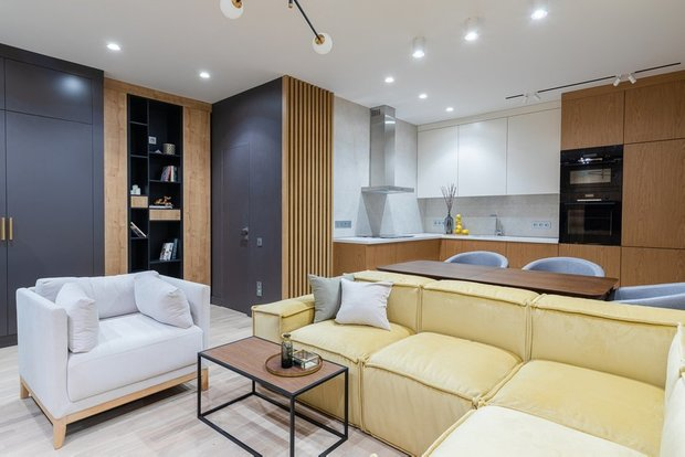 Фотография: Гостиная в стиле Минимализм, Гид, желтый диван, желтый диван в интерьере – фото на INMYROOM
