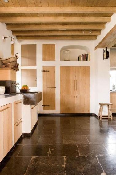 Фотография: Кухня и столовая в стиле Прованс и Кантри, Дом, Дома и квартиры, Лестница, Диван, Балки, Пол – фото на INMYROOM