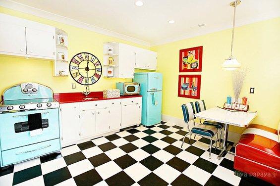 Фотография: Кухня и столовая в стиле Прованс и Кантри, Современный, Эклектика, Интерьер комнат, SMEG, Цвет в интерьере, Бирюзовый – фото на INMYROOM