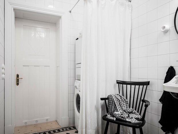 Фотография: Ванная в стиле Минимализм, Скандинавский, Декор интерьера, Квартира, Швеция, Белый, Черный, Стокгольм, ИКЕА, хранение вещей, хранение в ванной комнате, 3 комнаты, 60-90 метров – фото на INMYROOM