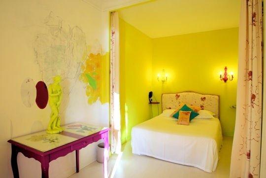 Фотография: Спальня в стиле Современный, Декор интерьера, Дизайн интерьера, Цвет в интерьере, Желтый, Розовый, Оранжевый, Неон – фото на INMYROOM