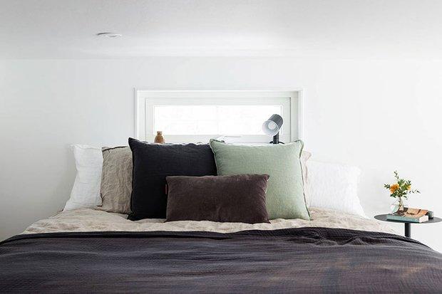 Фотография: Спальня в стиле Скандинавский, Дом, Швеция, Белый, Минимализм, Стокгольм, Серый, Дом и дача, до 40 метров – фото на INMYROOM