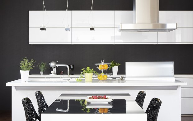 Фотография: Кухня и столовая в стиле Хай-тек, Декор интерьера, Дизайн интерьера, Цвет в интерьере, Черный, Пол – фото на INMYROOM