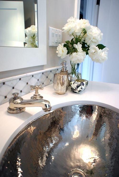 Фотография:  в стиле , Ванная, Аксессуары, Декор, Мебель и свет, Советы, маленькая ванная, ванная без окон, дизайн ванной комнаты без окна – фото на INMYROOM
