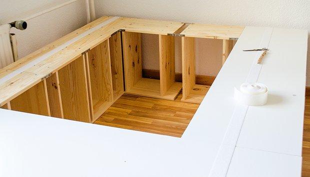 Если ваша кровать, как и у автора переделки, стоит в углу, вместо дополнительных комодов можно установить деревянные ящики.