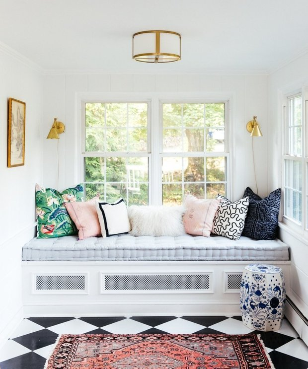 В первый раз дизайнер переоборудовала подоконник в спальное место на веранде — вышло очень уютно!