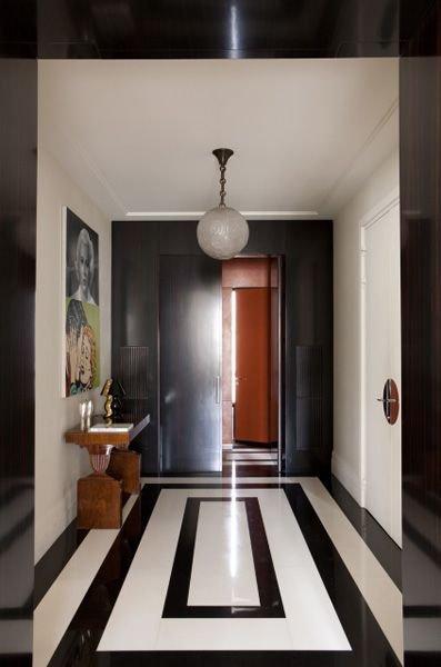 Фотография: Прихожая в стиле Эклектика, Декор интерьера, Дизайн интерьера, Цвет в интерьере, Черный – фото на INMYROOM