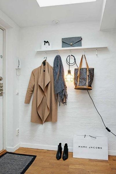 Фотография:  в стиле , Прихожая, Советы, узкая прихожая, дизайн маленькой прихожей, идеи обустройства прихожей – фото на INMYROOM