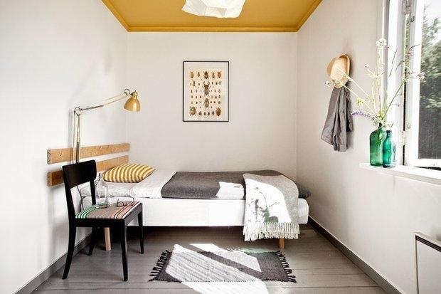 Фотография: Спальня в стиле Скандинавский, Декор интерьера, Советы, дизайн-хаки для маленькой спальни, идеи для малогабаритки, Маленькая спальня – фото на INMYROOM